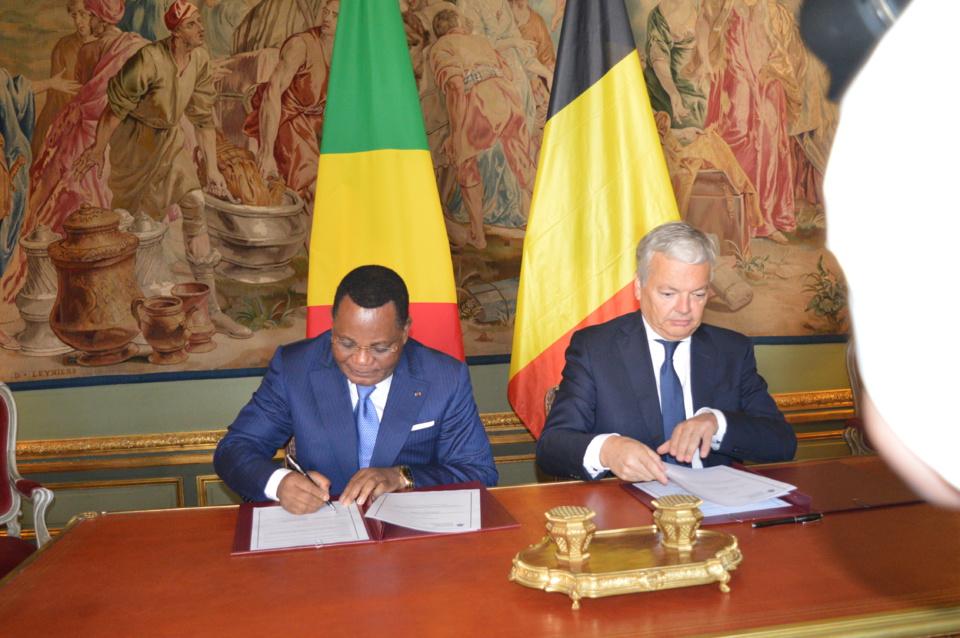 Jean Claude Gakosso et Didier Reynders signant le mémorandum d'entente.