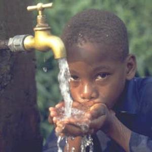 Illustration. Un enfant boit de l'eau potable. Crédits : DR