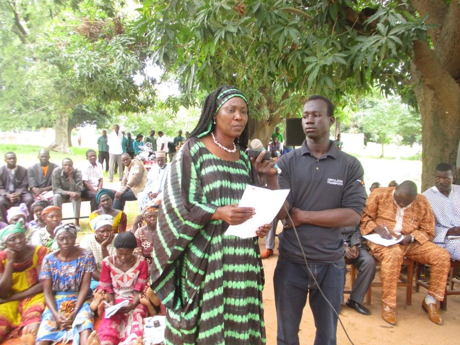Député Eugénie Mbainaye en pleine sensibilisation à Bainamar (Logone Occidental) pour la relance de la filière coton au Tchad.