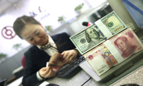 An employee counts banknotes in a bank in Taiyuan, North China's Shanxi Province on January 12. Photo: VCG