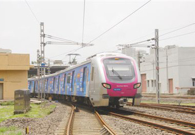 A Chinese-built train enters the station. The 16 subway trains running on Mumbai Metro Line 1 are all produced by CRRC Nanjing Puzhen Co., Ltd. (Photo by Yuan Jirong from People's Daily)