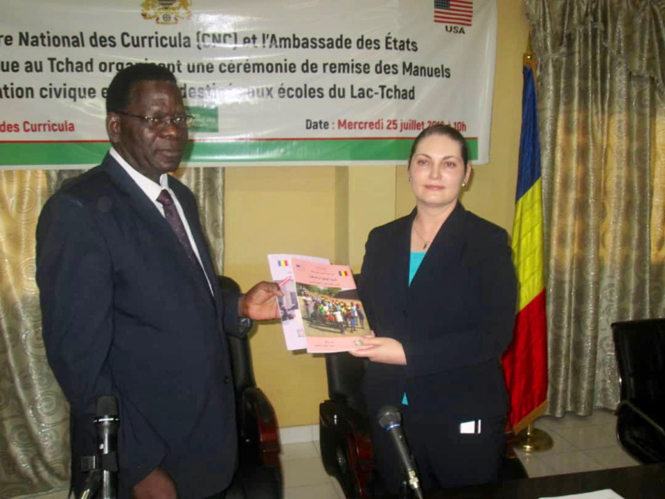 Le Centre National de Curricula (CNC) et l'Ambassade des Etats-Unis d'Amérique ont organisé, ce mercredi 25 juillet au CNC, une cérémonie de remise de manuels d'éducation civique et morale aux élèves du Lac Tchad. Alwihda Info