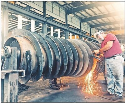 Workers of Birtley Industrial Equipment Corporation, the first China-invested company in Kentucky, are welding equipment. (By Wu Lejun from People's Daily)