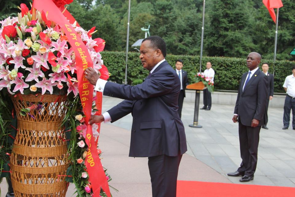 Hommage de Denis Sassou N'Guesso sur la stèle de Mao Tse Toung.
