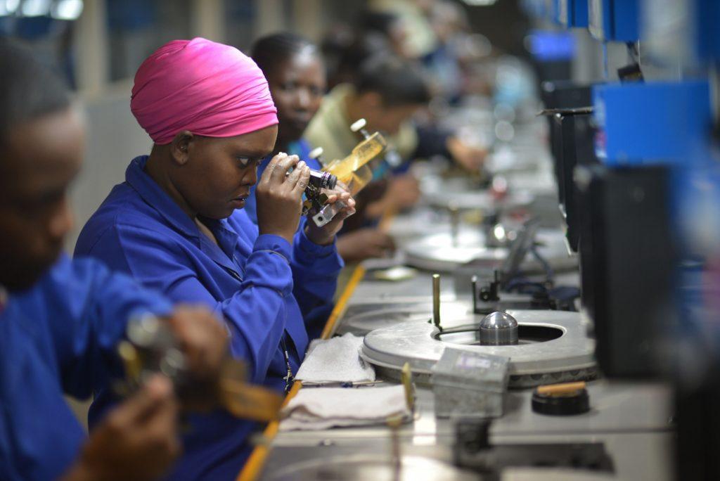 Employés d'une entreprise de taille et de polissage de diamants à Gaborone, au Botswana. (Monirul Bhuiyan/AFP/Getty Images)