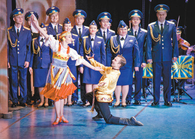 A Russian art troupe performs traditional dance at the 2018 Sino-Russia Artist Great Gala in Harbin on Sept. 6, 2018, during which Chinese and Russian artists present a grand cultural feast for the audience. (Photo from Harbin Daily)