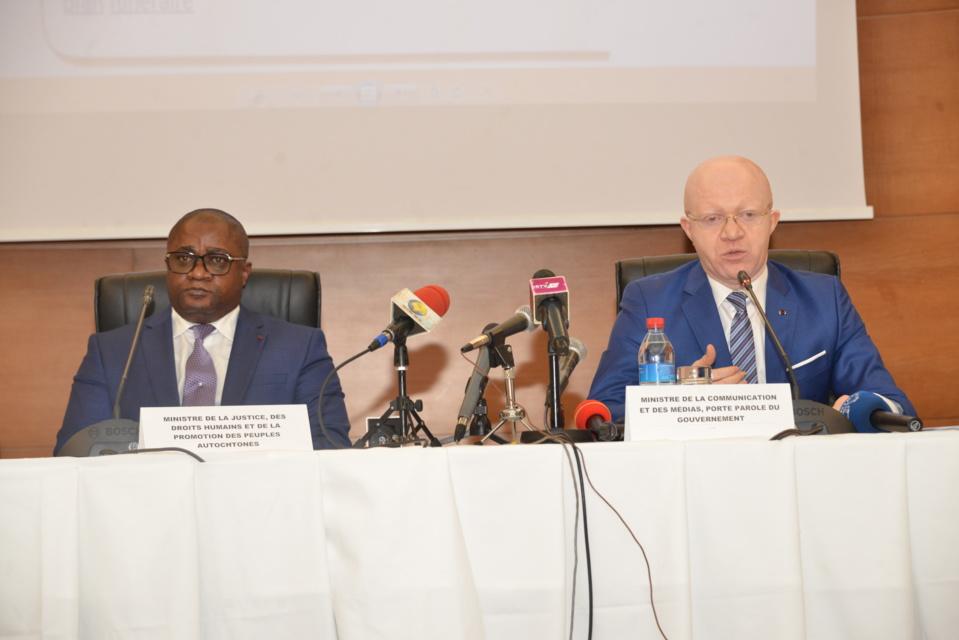 Les ministres Aimé Ange Bininga et Thierry Moungalla devant la presse.