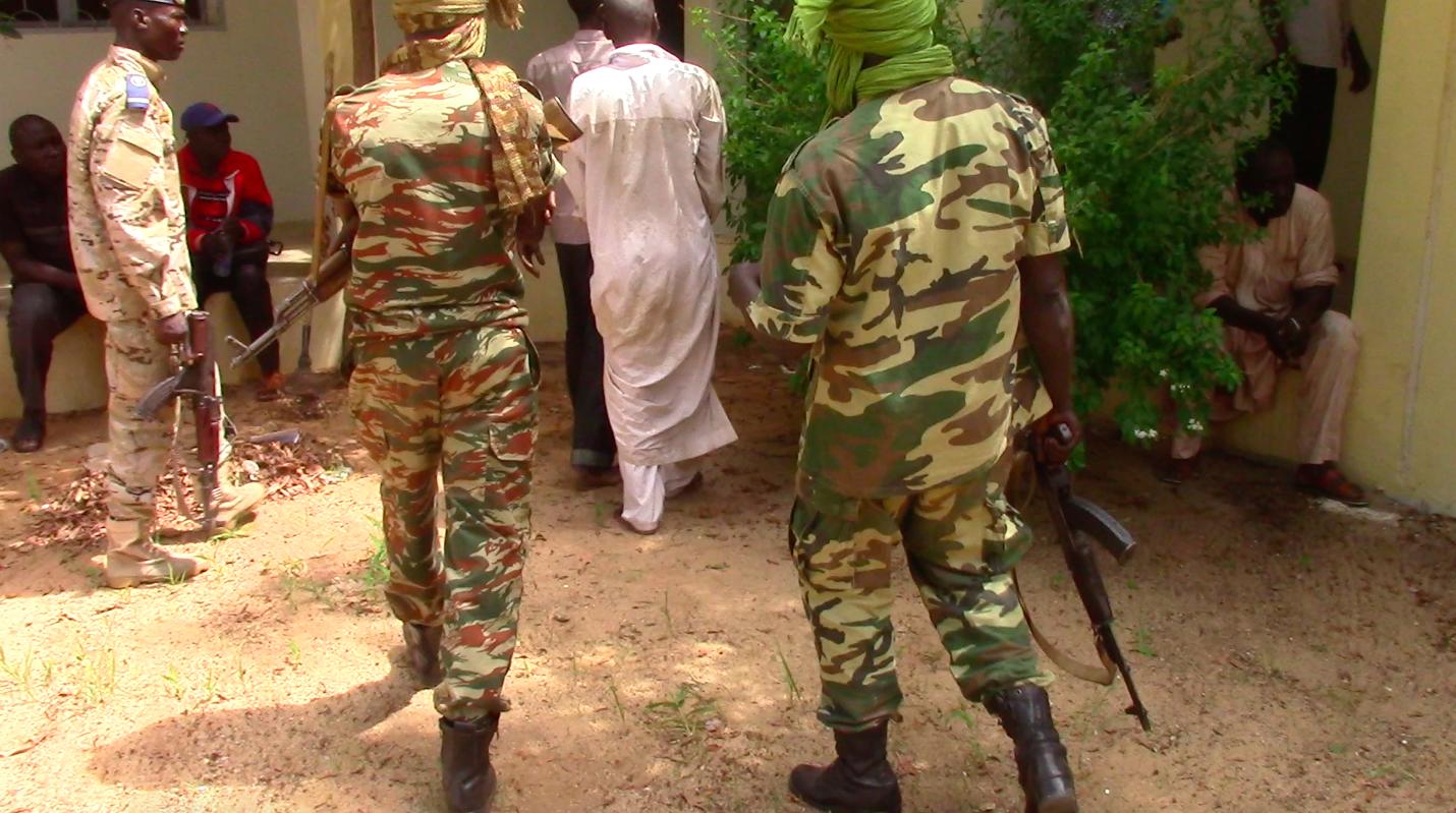 Des gendarmes tchadiens escortent un prisonnier en maison d'arrêt. © Alwihda Info