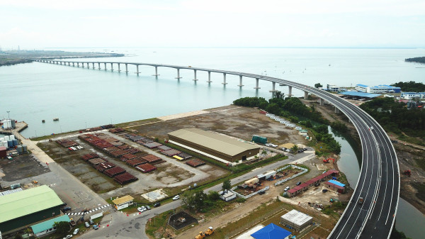 The Pulau Muara Besar Bridge traverses the Brunei Bay. (Photo from the website of China Communications Construction Company)