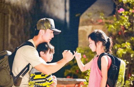 Wu Chun plays with his daughter and son in a Chinese reality show. Photo from internet