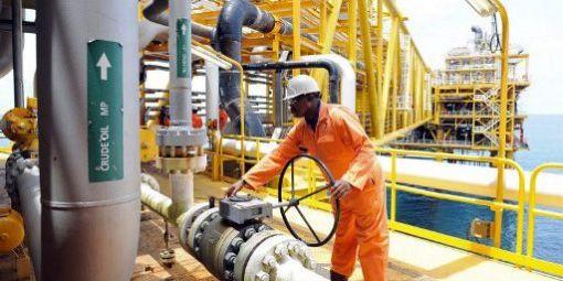 Un salarié de Total en train de surveiller un équipement sur la plateforme de la compagnie à Amenem, à 35 km de Port-Harcourt dans le delta du Niger au Nigéria (14-4-2009).© AFP - PIUS UTOMI EKPEI