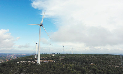 The photo shows a set of electric generator of Parque Eoloco de Bairro wind farm, a power plant co-constructed by Energias de Portugal (EDP) and China Three Gorges in Portugal. (Photo by Feng Xuejun from People's Daily)