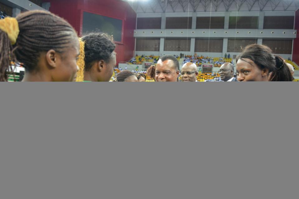 Denis Sassou N'Guesso saluant les Diables Rouges