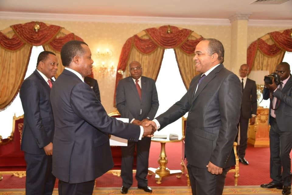 Poignée de mains entre Sassou N'Guesso et José Antonio Ganzalez