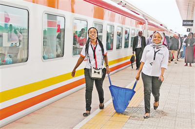 Local passengers are about to board the first train running on the China-built Mombasa-Nairobi Standard Gauge Railway (SGR) that opened to traffic in May 2017. Photo by Li Zhiwei from People's Daily