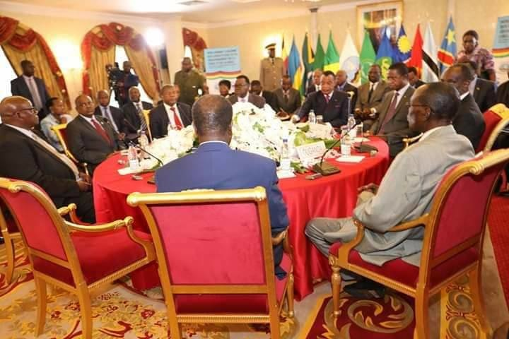 Les cinq présidents autour de la table.