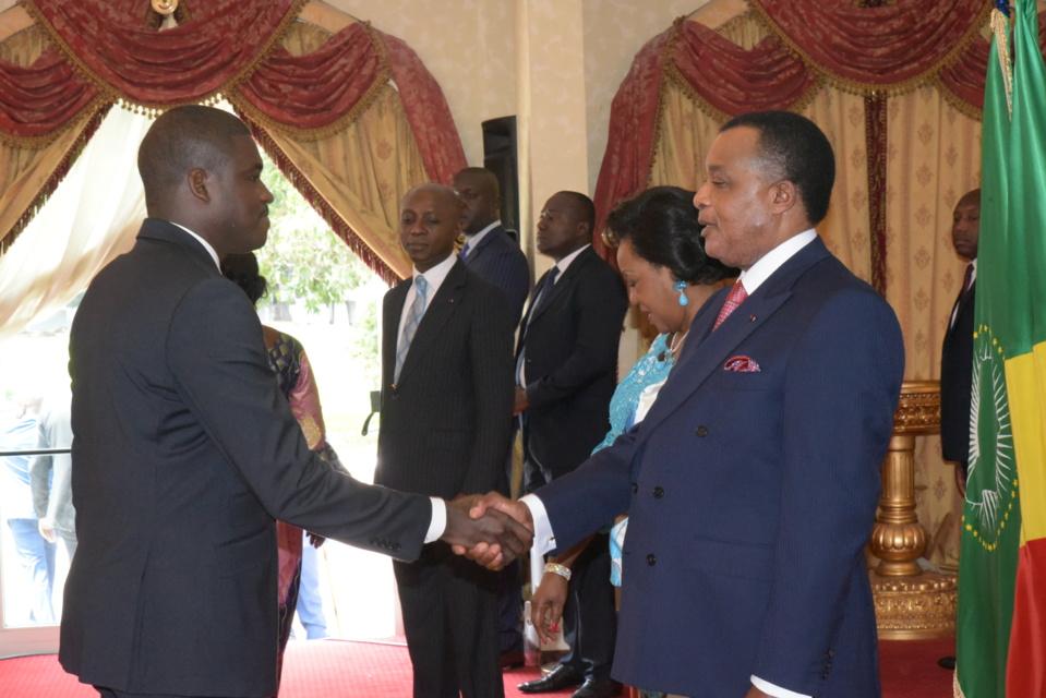 Le président du conseil consultatif de la jeunesse, Bernadet Gavey saluant Sassou N'Guesso.