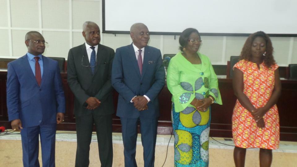 Eteka-Yemet ( 1er à gauche) et son bureau.