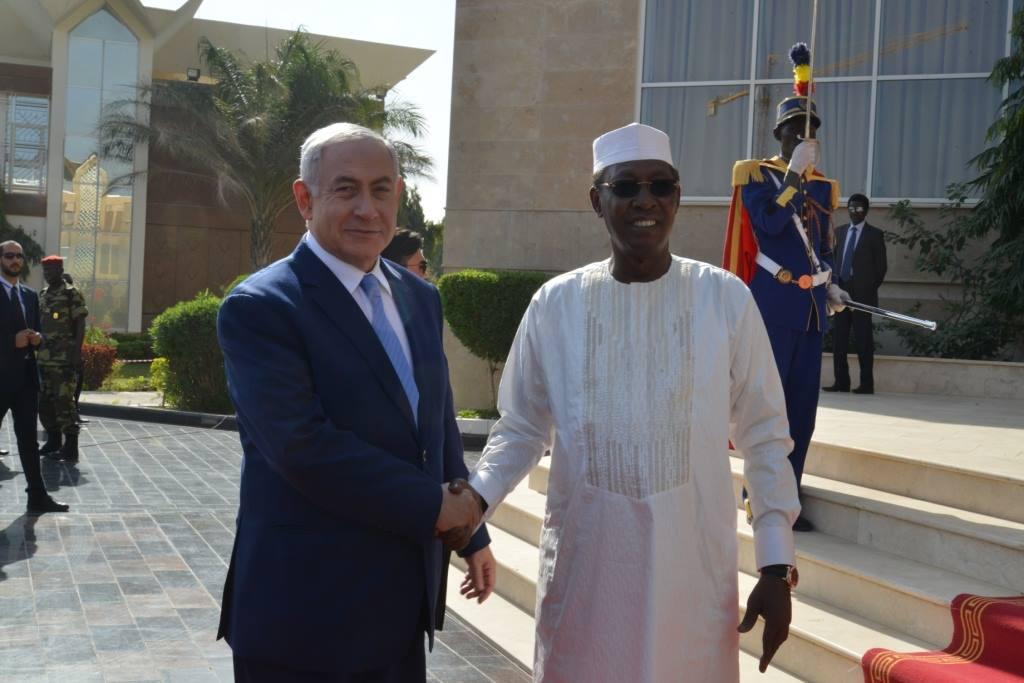 Poignée de main entre Idriss Déby et Benjamin Netanyahu. ©