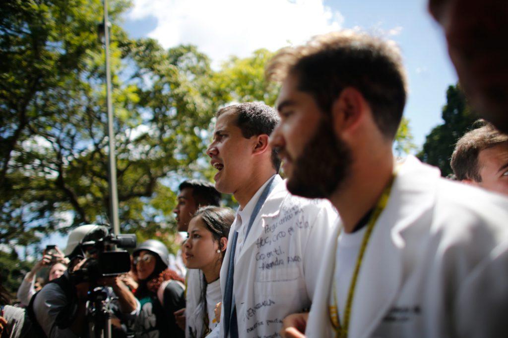 Le président par intérim Juan Guaido (au centre) à Caracas pendant la journée de grève nationale pour protester contre Maduro. (© Ariana Cubillos/AP Images)