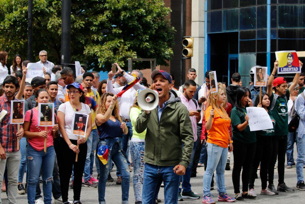Gilber Caro, un parlementaire de l'opposition, est à la tête d'un groupe de manifestants qui revendiquent la démocratie. (© Fernando Llano/AP Images)