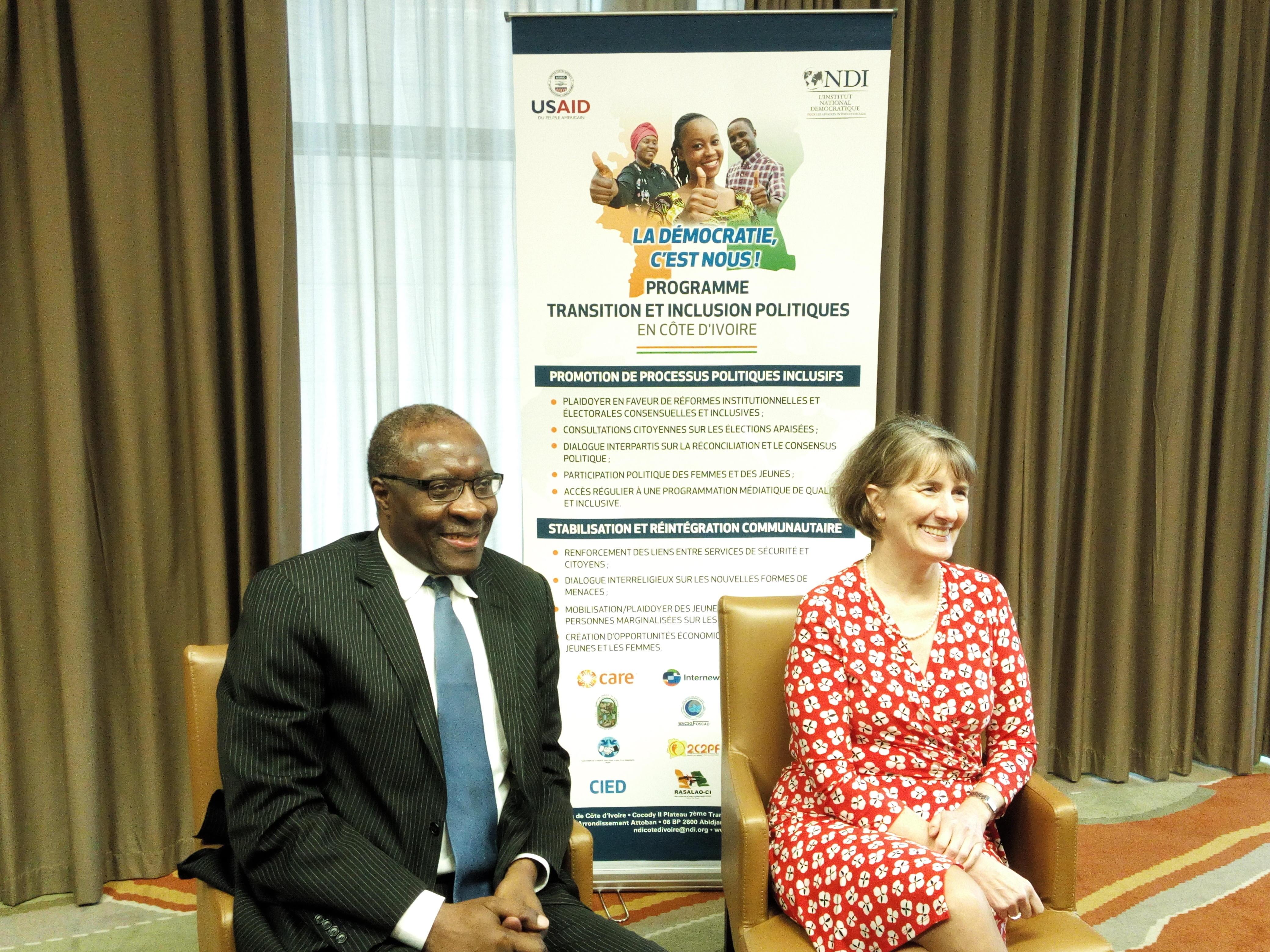Chris Fomonyoh, directeur régional Afrique de NDI (à gauche) et Katherine Brucker, la Chargée d'Affaires de l'ambassade des Etats-Unis en Côte d'Ivoire