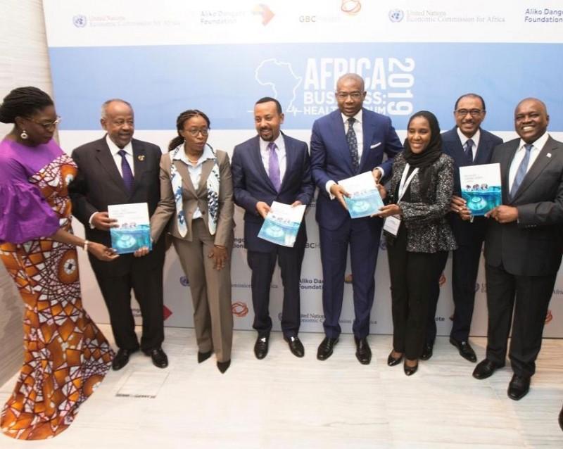 De gauche à droite: Zouera Youssoufou, PDG de la Fondation Aliko Dangote; H.E Ismail Omar Guelleh, président de Djibouti; Vera Songwe, Secrétaire exécutive de la Commission économique des Nations Unies pour l'Afrique (CEA); H.E Dr Abiy Ahmed, Premier Ministre d'Ethiopie; Aigboje Aig-Imoukhuede, Coprésidente GBCHealth / Fondateur ABCHealth; Halima Dangote, directrice exécutive, Dangote Industries Limited; Michel Sidibe, Directeur exécutif, ONUSIDA; et H.E Mokgweetsi Masisi, Président du Botswana, présentent le rapport sur la croissance économique en Afrique lors du forum Africa Business: Health à Addis-Abeba le 12 février 2019