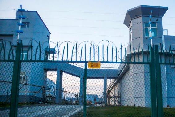 Un centre de détention au Xinjiang, où les autorités chinoises maltraitent des musulmans et des minorités ethniques. (© Thomas Peter/Reuters)