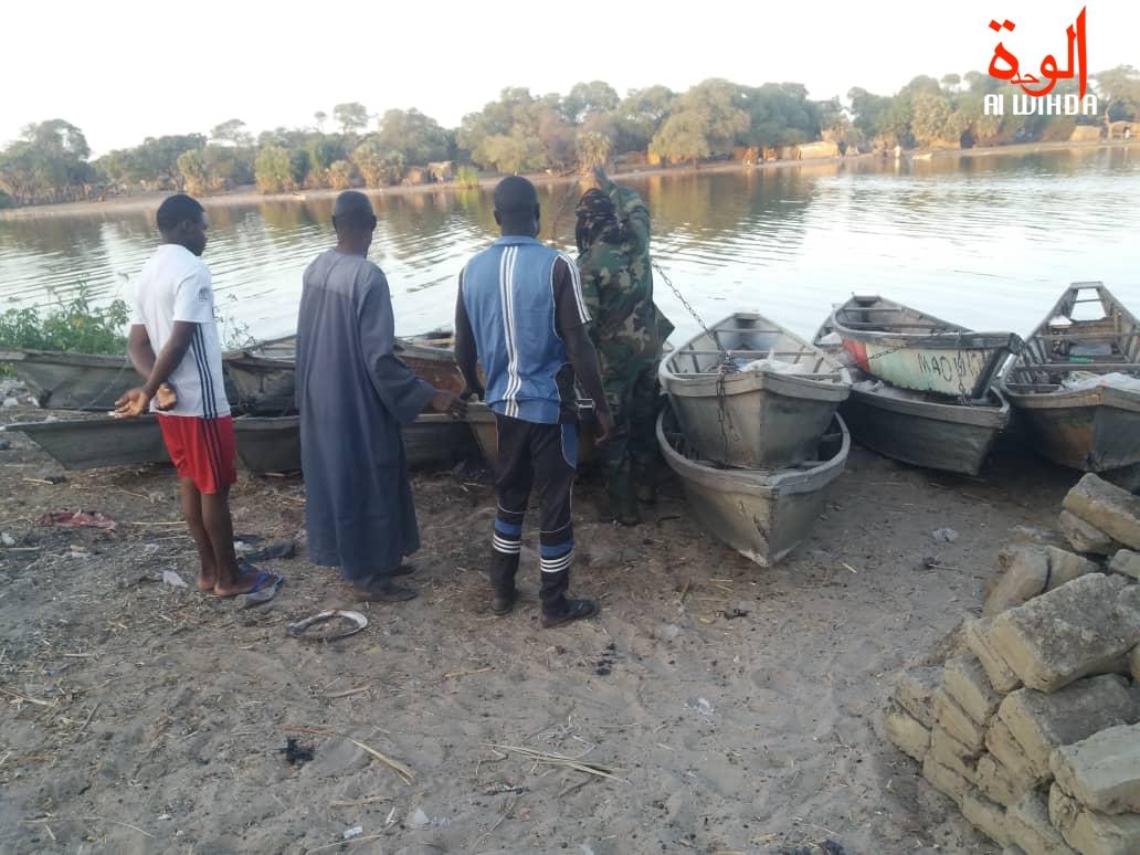 Des pirogues immobilisées par les agents de la brigade mobile des eaux et forêts au Lac Tchad. © Alwihda Info