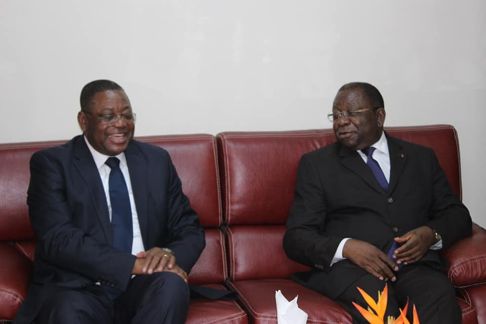 L'ambassadeur du Congo au Cameroun, Valentin Ollessongo (à gauche) reçu par le ministre du Commerce Luc Magloire Mbarga  Atangana (à droite).
