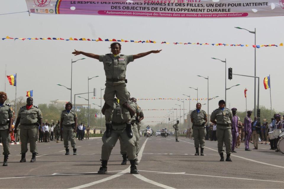 Des femmes soldats lors d'un défilé à la Place de la nation. © Alwihda Info