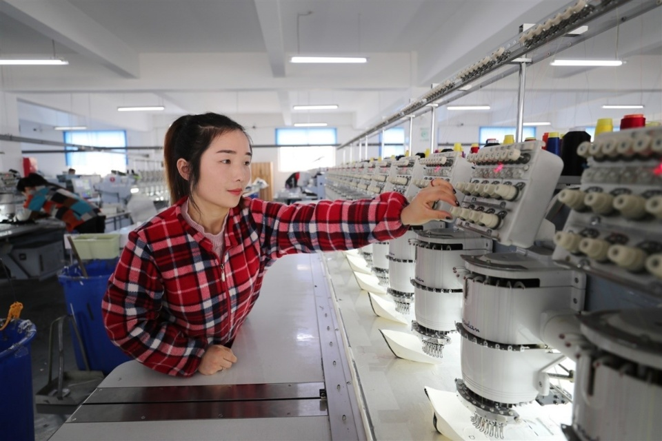 Photo taken on Feb. 20, 2019 shows a migrant laborer works on the production line at a factory in Chengtou town, Ganyu district of Lianyungang city, east China's Jiangsu province. At present, more than 30,000 returned migrant workers in the district have become a new force of local private enterprises after free training. (Photo by Si Wei from People's Daily Online)