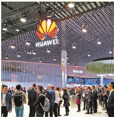 Attendees visit the exhibition booth of Chinese tech giant Huawei at the 2019 Mobile World Congress in Barcelona, Spain, February 25. Xiaomi and other Chinese technology firms also rolled out their latest 5G products and solutions. 5G commercial devices were the biggest highlight of the event, and the products released by Chinese firms attracted wide attention. (Photo by Chen Xiaohang, People's Daily)
