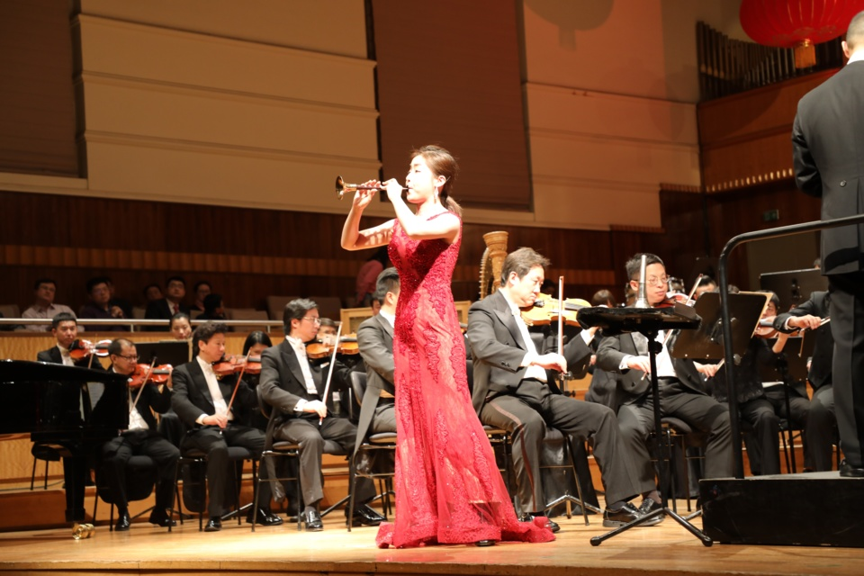 """The So-na performer Liu Wenwen and the Guangzhou Symphony Orchestra played the Concerto """"Hundred Birds and Phoenix"""" at 2019 Tandun New Year's Concert. Photo: Fang Yingxin, People's Daily"""