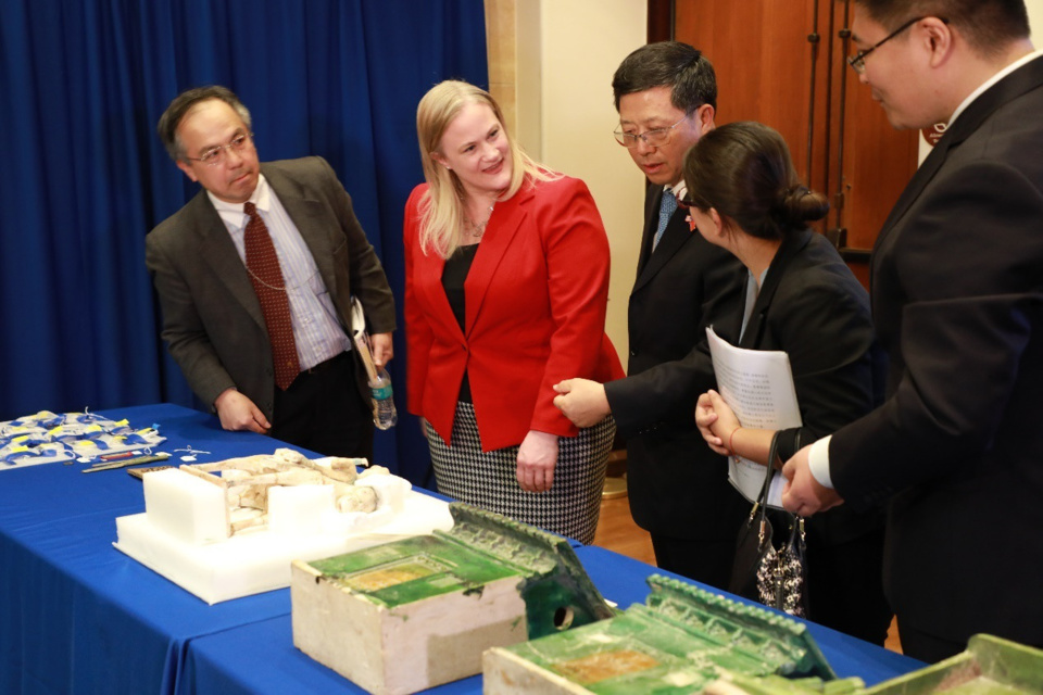 Aleisha Woodward, Deputy Assistant Secretary of the US Department of State, watches the returned cultural relics accompanied by Chinese representatives. (Photo by Zheng Qi, People's Daily)