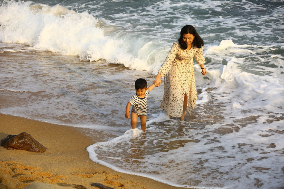 On February 10, 2019, a mother and her child play in the seaside of Nanshan District, Sanya City, Hainan Province. (Chen Wenwu/People's daily online)
