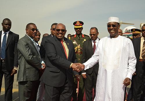 Poignée de main entre El Béchir (gauche) et Idriss Déby. © DR