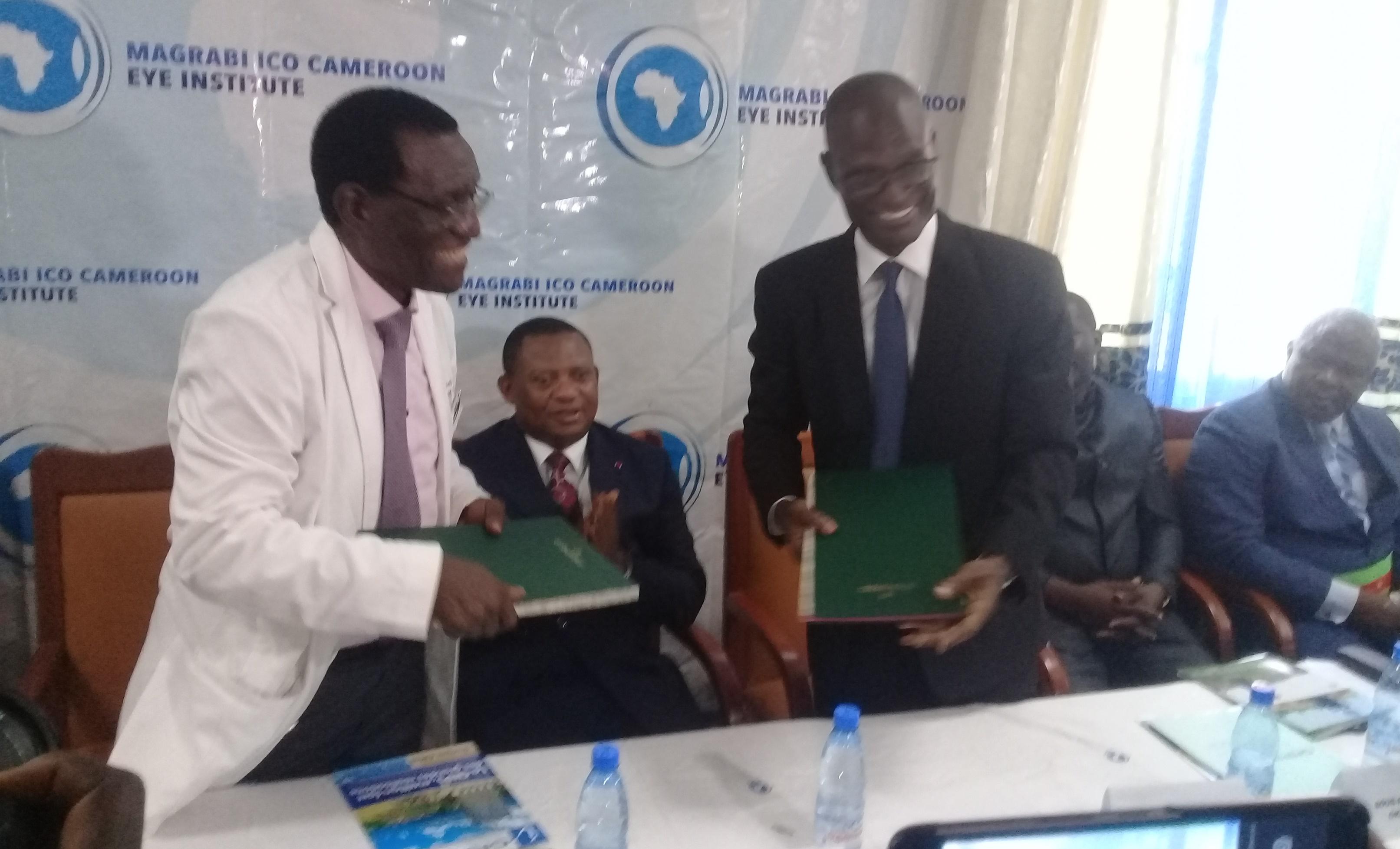 La joie des deux directeurs généraux, le Pr Daniel Etya'ale (à gauche) et Noël Alain Olivier Mekulu Mvondo Akame (à droite), à l'issue de la signature de la convention.