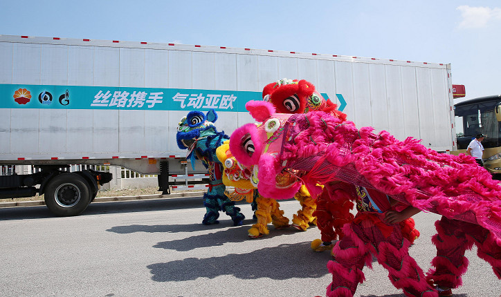 A Silk Road-themed rally for natural gas vehicles (NGVs) commenced in Rudong, east China's Jiangsu province on September 4, 2018. It was an event jointly organized by the largest energy companies in China, Russia and Kazakhstan as an active response to the Belt and Road Initiative. It aimed to strengthen cooperation of natural gas terminal utilization among the three countries. All the vehicles participating in the event were powered by liquefied natural gas, setting an example of clean energy consumption for the road transportation along the Silk Road Economic Belt. During the event, the capability of NGVs to cross the Eurasia transport corridor was also assessed. (Photo by People's Daily Online)