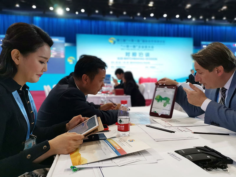 Entrepreneurs hold business negotiations at the Belt and Road CEO Conference during the 2nd BRF. (Photo by Meng Xianglin from People's Daily)