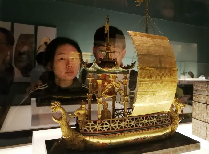 Visitors watch cultural relics at the exhibition. (Photo by Du Jianpo from People's Daily Online)