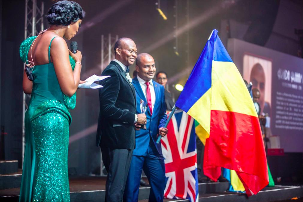 Remise de prix à M. Arada Mahamat, meilleur staff UBA Tchad par M. Kennedy Uzoka, DG du Groupe UBA, lors  de la soirée spéciale 'UBA CEO Awards' marquant le 70e anniversaire de la Banque à Lagos le 27 avril.