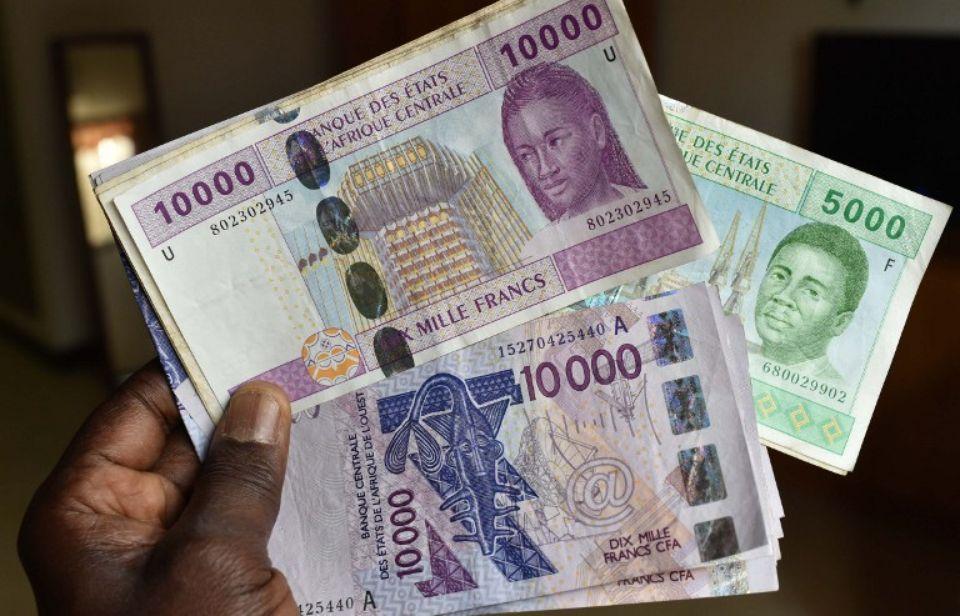 Des billets de francs CFA émis par la BCEAO à N'Djamena, au Tchad, en 2016. © Issouf Sanogo. AFP