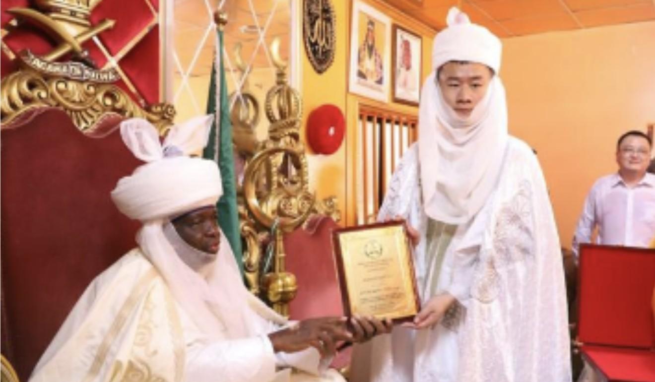 Kong Tao devient chef de tribu à Abuja, au Nigeria. © DR