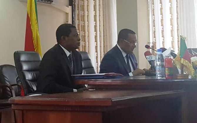 Le ministre de l'Administration territoriale du Cameroun, Paul Atanga Nji (à gauche) et le ministre délégué au ministère de l'Intérieur et de la Décentralisation du Congo, Charles Nganfouomo (à droite).