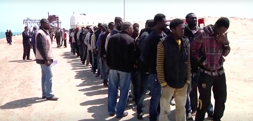 Des migrants rescapés racontent le naufrage d'un bateau au large des côtes tunisiennes. © CGTN