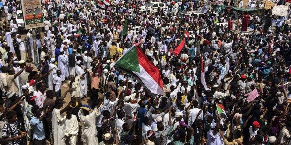 Des manifestants dans la capitale soudanaise Khartoum, vendredi 12 avril 2019. © Anonymous/AP/SIPA