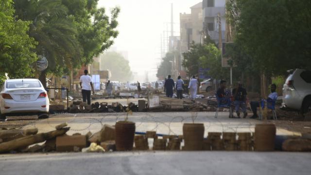 Des manifestants bloquent les rues de Khartoum le 4 juin 2019. | ASHRAF SHAZLY / AFP