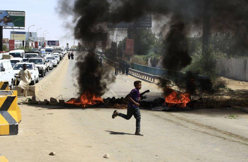 Des manifestants ont bloqué des routes et incendié des pneus pour protester contre les violences, le 13 mai 2019 à Khartoum, AFP / EBRAHIM HAMID