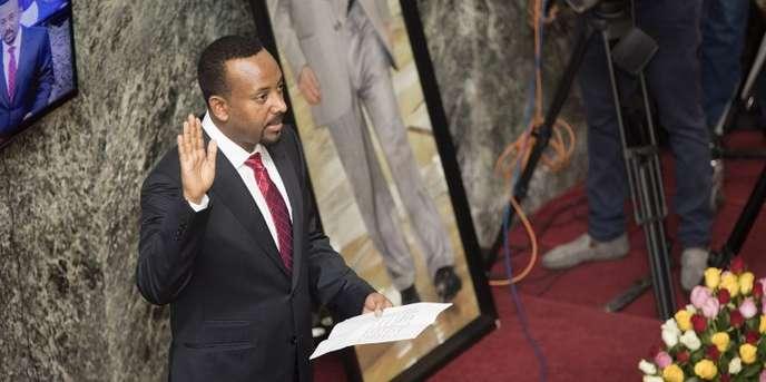 Le nouveau premier ministre éthiopien, Abiy Ahmed, prête serment devant le Parlement, le 2 avril 2018, à Addis-Abeba. ZACHARIAS ABUBEKER / AFP